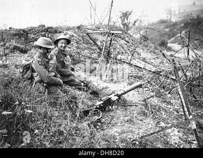 weltkrieg 1914 1918 stacheldraht entaglements franz sische soldaten in den sch tzengr ben zu. Black Bedroom Furniture Sets. Home Design Ideas