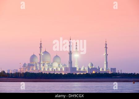 Abends Blick auf Scheich-Zayid-Moschee in Abu Dhabi Vereinigte Arabische Emirate - Stockfoto