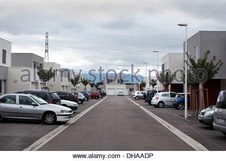 Autos parken vor des Hauses in ein neu bauen Wohnungsbau Bereich - Stockfoto