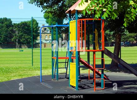 Klettergerüst Wohnung : Kinderspielplatz metall klettergerüst und rutsche stockfoto bild