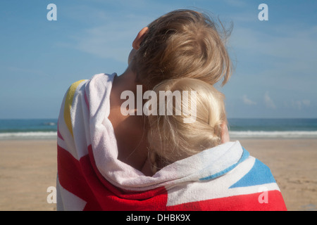 zwei jungs sitzen am strand sprechen stockfoto bild 76533174 alamy. Black Bedroom Furniture Sets. Home Design Ideas