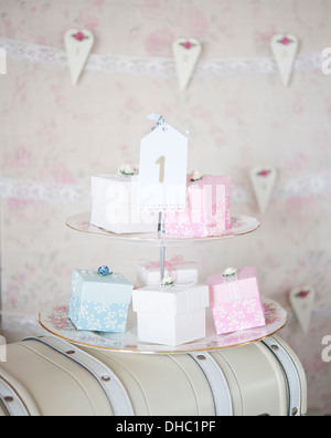 Eine Abgestufte Tortenplatte Mit Hochzeitstorte Gastboxen In Rosa