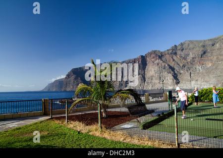 Spieler mit den Klippen von Los Gigantes in der Ferne, Los Gigantes, Teneriffa, Kanarische Inseln, Spanien-Schalen. - Stockfoto