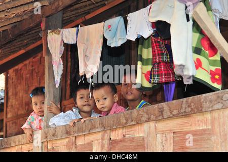 Langer Hals Stammes-Kinder (Mae Hong Son, Thailand)
