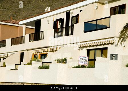 Wohnungen teilweise mit für Verkauf Zeichen in Englisch, Spanisch und Deutsch, Puerto De Santiago, Teneriffa, Kanarische - Stockfoto