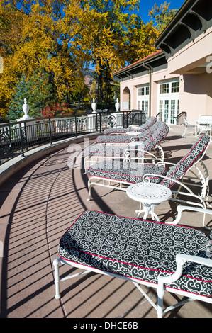 Chaise Lounge Stühle auf Terrasse, The Broodmoor, historische Luxus-Hotel und Resort, Colorado Springs, Colorado, - Stockfoto
