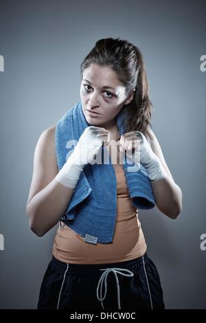 Porträt eines jungen weiblichen Boxer Fäuste hochhalten - Stockfoto