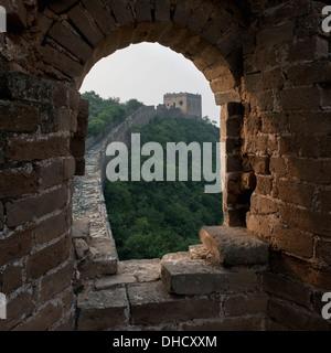 Blick aus einer gewölbten Ziegel-Fenster auf der Great Wall Of China; Peking, China - Stockfoto