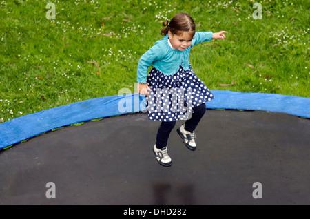 Mädchen (Talya Ben-Ari ab 3 Jahren) genießt auf Trampolin springen - Stockfoto