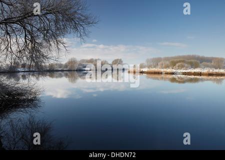 Ein Winter-Szene in den Norfolk Broads neben den Fluß Yare am Surlingham, Norfolk, England, Vereinigtes Königreich, - Stockfoto