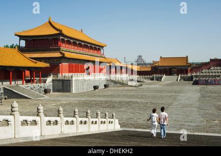 Ein paar durchschreiten Zijin Cheng, The Forbidden City Palace Museum, UNESCO-Weltkulturerbe, Peking, China, Asien - Stockfoto