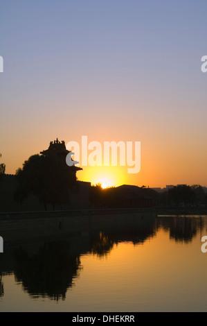 Sonnenuntergang auf einem Wachturm an der Wand von der verbotenen Stadt Palast Museum, Peking, China, Asien - Stockfoto