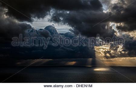 Wolken über die mediterrane Atmosphäre in Kampanien, Praiano, Italien - Stockfoto