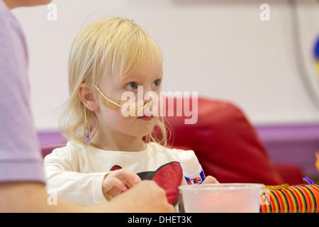 Junge Mädchen spielt in einem Krankenhaus in Großbritannien - Stockfoto