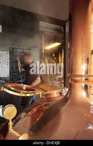 Mann arbeitet in der Brauerei - Stockfoto