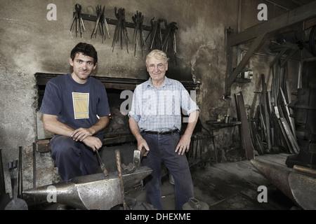 Porträt der Schmiede in Werkstatt - Stockfoto