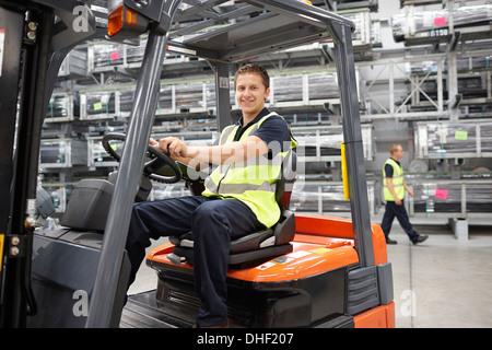 Gabelstapler-LKW-Fahrer im engineering warehouse - Stockfoto