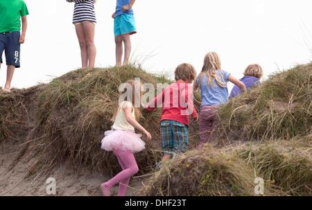 Gruppe von Freunden auf Dünen, Wales, UK