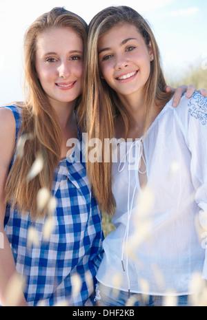 Porträt von zwei Mädchen im Teenageralter, Toskana, Italien - Stockfoto