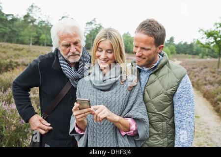 Mitte Erwachsene Frau mit Kamera-Handy - Stockfoto