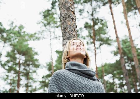 Mitte erwachsenen Frau im Wald niedrigen Sie Winkel - Stockfoto
