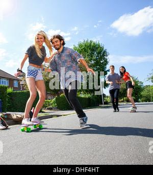 Zwei junge Paare, die Spaß auf skateboards - Stockfoto