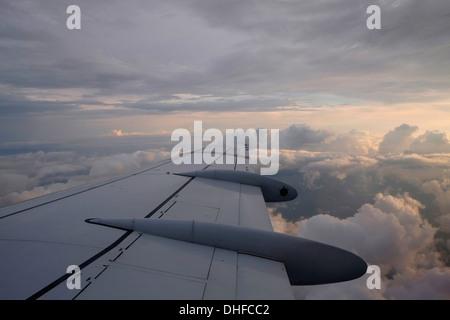 Flugzeug Winglet hoch oben am Himmel - Stockfoto
