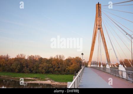 Fusse Kabel-gebliebene Brücke über die Weichsel in Warschau, Polen. - Stockfoto