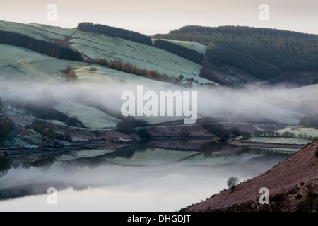 Llyn Clywedog See nebliger Morgen Dawn Sonnenaufgang Cambrian Mountains Powys Mid Wales UK - Stockfoto