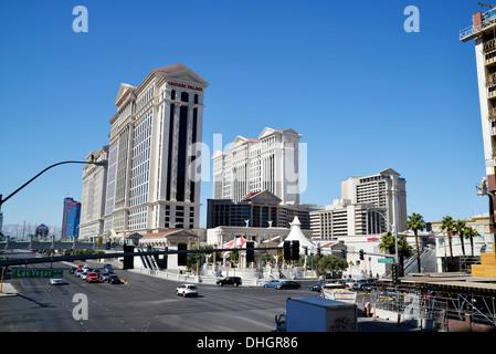 Blick auf das Caesars Palace Hotel-Komplex, gesehen von einer Fußgängerbrücke am Las Vegas Boulevard, Las Vegas, - Stockfoto
