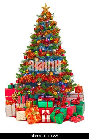 Ein geschmückter Weihnachtsbaum mit Geschenk verpackt Geschenke, isoliert auf einem weißen Hintergrund. - Stockfoto
