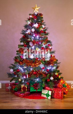 geschm ckter weihnachtsbaum mit kugeln und weihnachtsstern. Black Bedroom Furniture Sets. Home Design Ideas