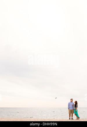 Junges Paar stehen am Strand - Stockfoto
