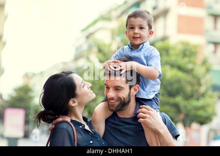 Vater mit Sohn auf Schultern mit Frau - Stockfoto