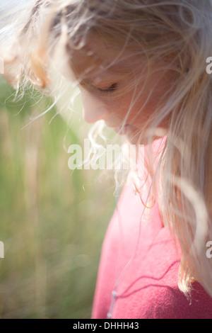 Nahaufnahme Portrait Frau mit blonden Haaren, Wales, UK Stockfoto