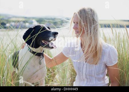 Frau mit Hund von Küste, Wales, UK - Stockfoto