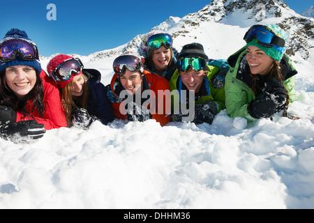 Freunde liegen auf Schnee, Kühtai, Österreich - Stockfoto