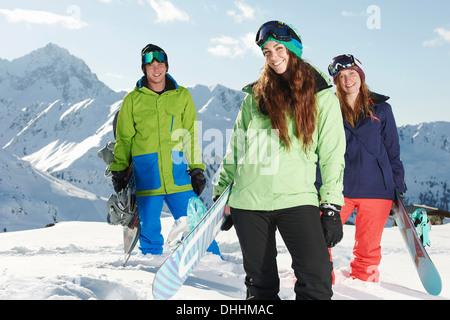 Freunde halten Snowboards, Kühtai, Österreich - Stockfoto