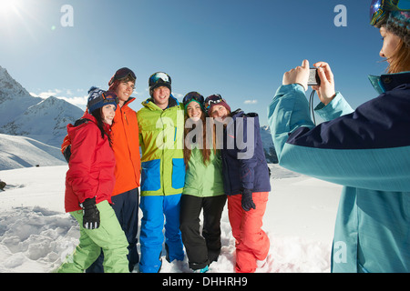 Junge Frau fotografieren Freunde, Kühtai, Österreich - Stockfoto