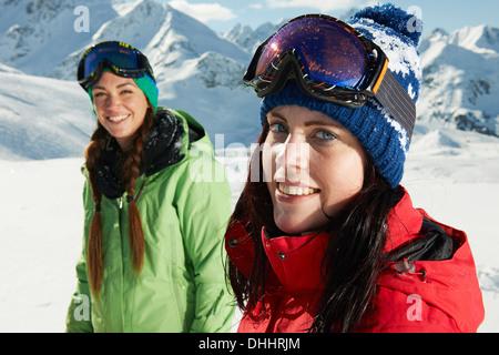 Zwei Frauen tragen stricken Mützen im Schnee, Kühtai, Österreich - Stockfoto