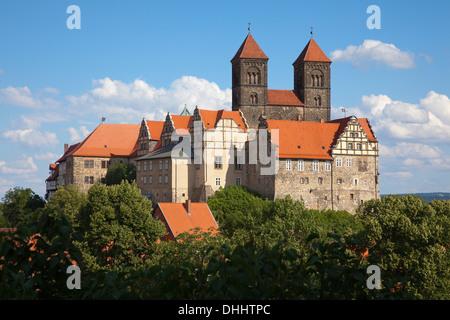 Blick auf Schloss und Kirche St. Servatius im Sonnenlicht, Quedlinburg, Harz, Sachsen-Anhalt, Deutschland, Europa - Stockfoto