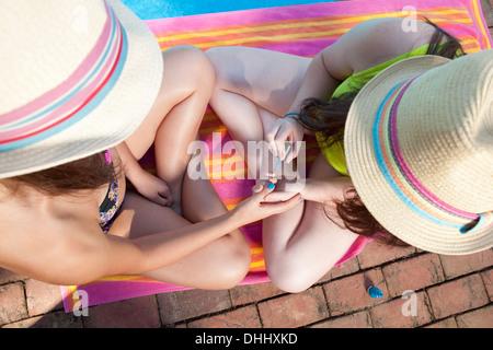 Freunde spielen Pool Stockfoto