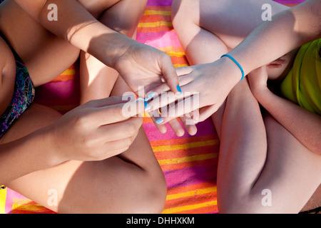 Freunde spielen mit Nagel Farbe Stockfoto