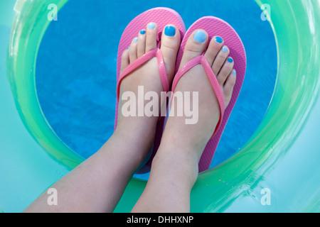 Draufsicht der Füße mit farbigen Nägeln Stockfoto