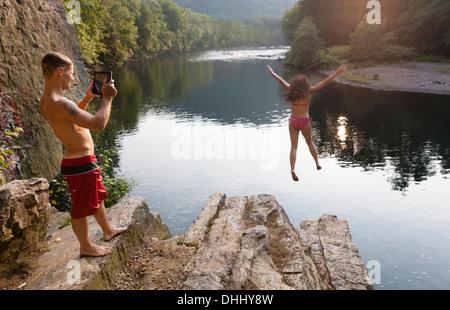 Junges Paar fotografieren springen vom Felsvorsprung, Hamburg, Pennsylvania, USA - Stockfoto