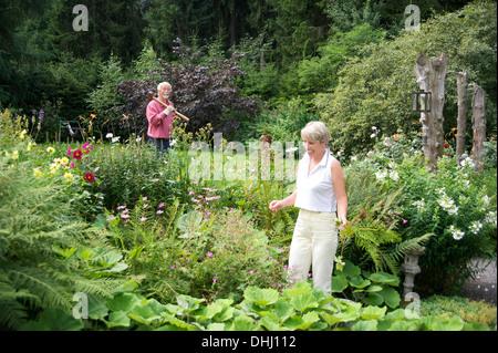 Porträt von älteres Paar, die Arbeit im Garten - Stockfoto