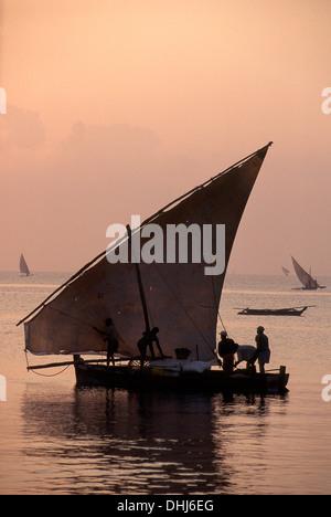 Angelboote/Fischerboote, Segeln Angeln im Morgengrauen, Bagamoyo, Tanzania - Stockfoto