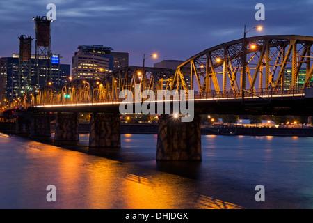 Hawthorne Bridge, Willamette River und Portland Skyline in der Abenddämmerung, Oregon - Stockfoto