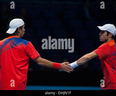 Die O2-Arena, London, UK. 11. November 2013.  Fernando Verdasco und David Marrero spielen die Bryan Brothers für - Stockfoto