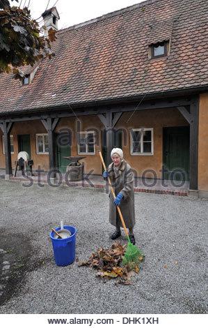 Alte Frau in der Fuggerei, Augsburg, Schwaben, Bayern, Deutschland, Europa - Stockfoto